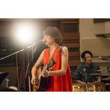 丸本莉子がスタジオライブで伝えた柔らかいメッセージ 初の生配信で堂々と歌う