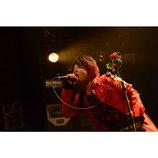 """Fly or Dieのライブは、めくるめく""""メイキャップ・ショウ""""である 矢野利裕がツアー初日をレポート"""