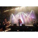 ニコラス・エドワーズには天性の華がある 歌とダンスで魅せたクリスマスライブをレポート