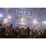 "SHE'Sがバンドで伝えた""踏み込む意志"" 聴き手との距離縮めたツアーファイナル公演"