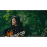"Anly「この闇を照らす光のむこうに」新MV公開 森の中で""一発撮り""の弾き語り披露"