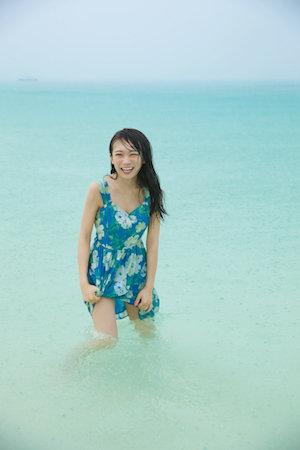 浅瀬からこちらに微笑む秋元真夏