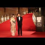東京国際映画祭レッドカーペットに本田翼が着物姿で登場 タキシード姿の佐藤浩市がエスコート