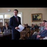 キアヌ・リーブス『砂上の法廷』で敏腕弁護士役に挑む スーツ姿で法廷に立つビジュアル公開
