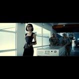 『バットマン vs スーパーマン』、日本人女優TAOの場面写真公開 暗躍する謎の男の秘書演じる