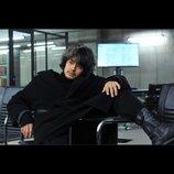 """『デスノート 2016』池松壮亮演じる竜崎の場面写真公開 """"L座り""""に匹敵する椅子の座り方を披露"""