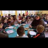 マイケル・ムーアがフランスの子どもたちにコーラを飲ませる!?  『世界侵略のススメ』本編映像公開