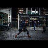『ファンタスティック・ビースト』、魔法の杖を持ったエディ・レッドメインの新写真公開