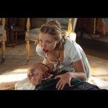 リリー・ジェームズ主演『高慢と偏見とゾンビ』、顔が半分腐敗した令嬢ゾンビの食事シーン映像公開