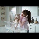 『メン・イン・キャット』新場面写真、ネコになったケヴィン・スペイシーを娘がお世話