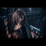 ローラ、マシンガン片手にアンデッドへ立ち向かう 『バイオハザード』最終シリーズ場面写真
