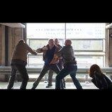 ケヴィン・コスナーが殴る蹴るの大暴れ 『クリミナル 2人の記憶を持つ男』本編映像