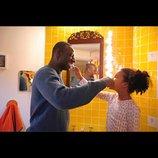 仏映画『あしたは最高のはじまり』公開決定 オマール・シーが突然父になったプレイボーイに