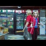 特殊メイクのジョニー・デップや娘リリー=ローズの制服姿も 『コンビニ・ウォーズ』場面写真
