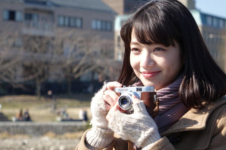 カメラを持つオシャレで可愛い小松菜奈