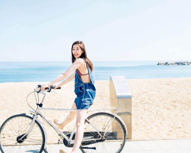 自転車に乗っている新木優子