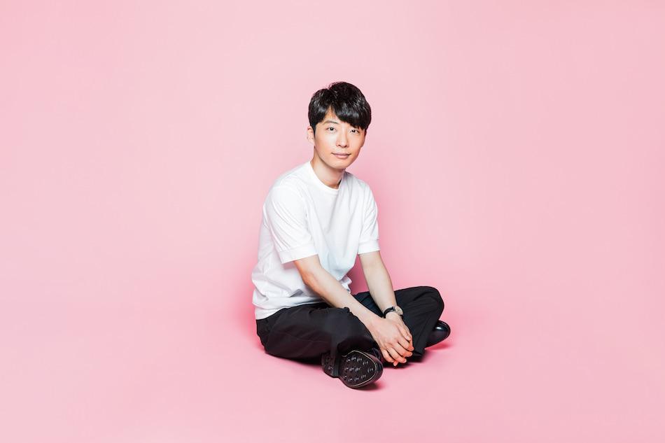 ピンクの背景×白いTシャツの星野源の壁紙