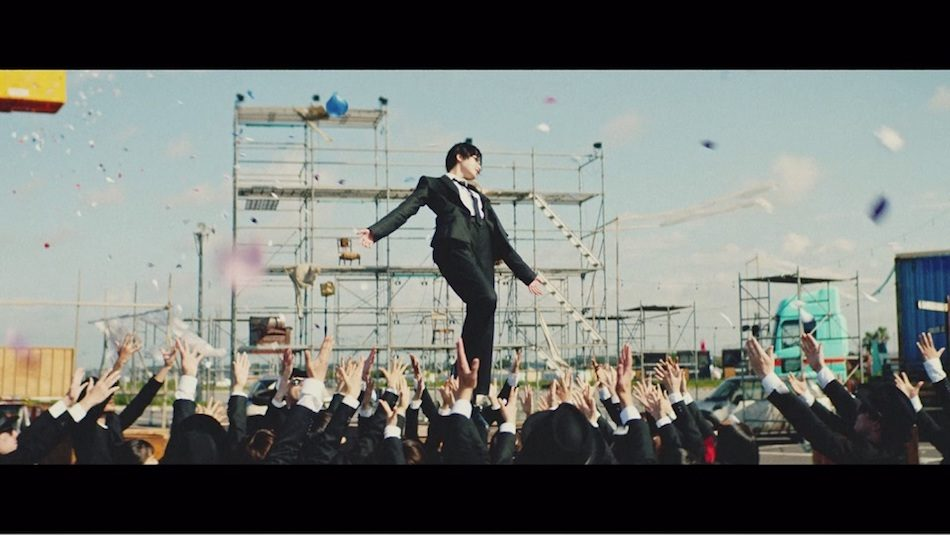 欅坂46、5thシングル表題曲「風に吹かれても」MV公開 黒スーツ姿×笑顔で弾けるシーンも