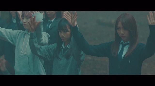 欅坂46、5thシングル『風に吹かれても』より「避雷針」MV公開 メンバーが水の上で踊るの画像2-7