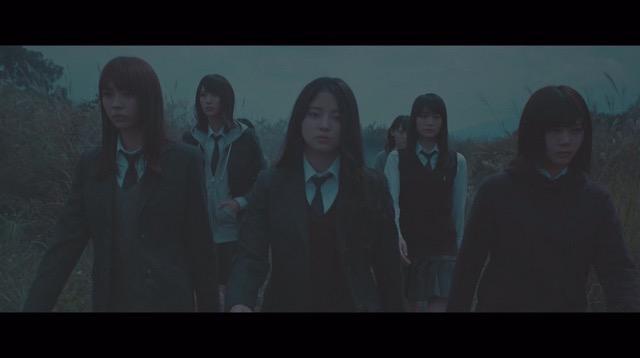 欅坂46、5thシングル『風に吹かれても』より「避雷針」MV公開 メンバーが水の上で踊るの画像2-6