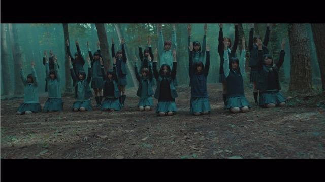 欅坂46、5thシングル『風に吹かれても』より「避雷針」MV公開 メンバーが水の上で踊るの画像2-8