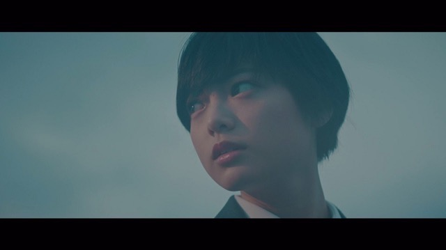 欅坂46、5thシングル『風に吹かれても』より「避雷針」MV公開 メンバーが水の上で踊るの画像2-12