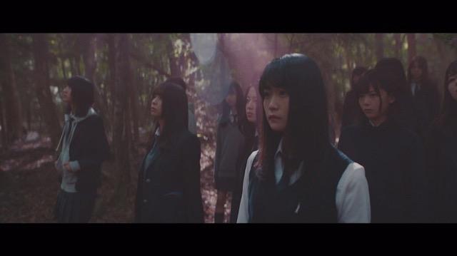 欅坂46、5thシングル『風に吹かれても』より「避雷針」MV公開 メンバーが水の上で踊るの画像2-3