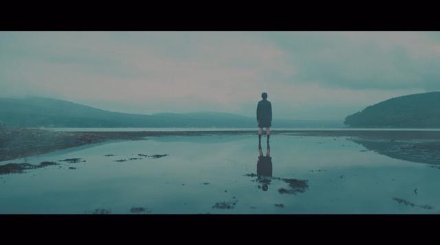 欅坂46、5thシングル『風に吹かれても』より「避雷針」MV公開 メンバーが水の上で踊るの画像2-10
