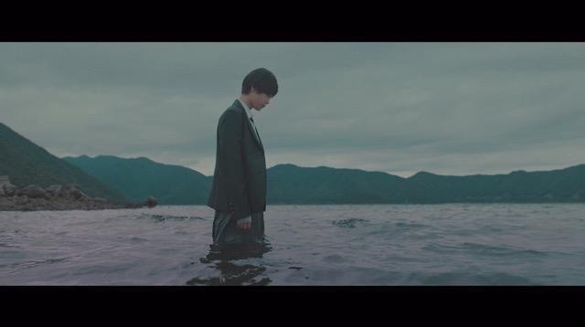欅坂46、5thシングル『風に吹かれても』より「避雷針」MV公開 メンバーが水の上で踊るの画像2-11