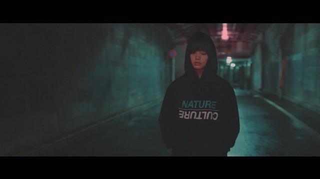 欅坂46、5thシングル『風に吹かれても』より「避雷針」MV公開 メンバーが水の上で踊るの画像2-2