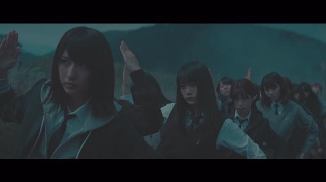 欅坂46、5thシングル『風に吹かれても』より「避雷針」MV公開 メンバーが水の上で踊るの画像2-4