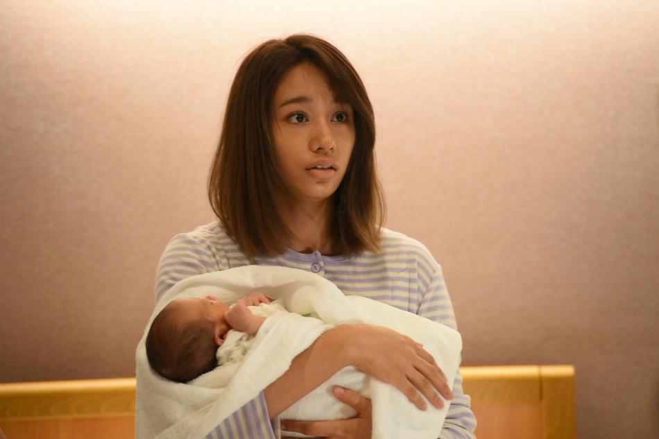 赤ちゃんを抱っこしている高橋メアリージュン
