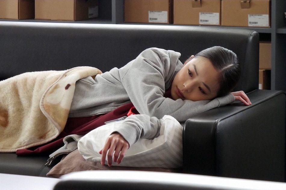 寝転ぶ趣里