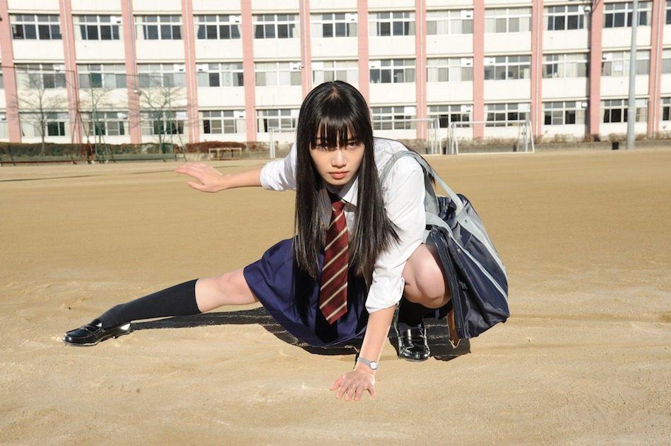 制服でポーズを決めるオシャレで可愛い小松菜奈