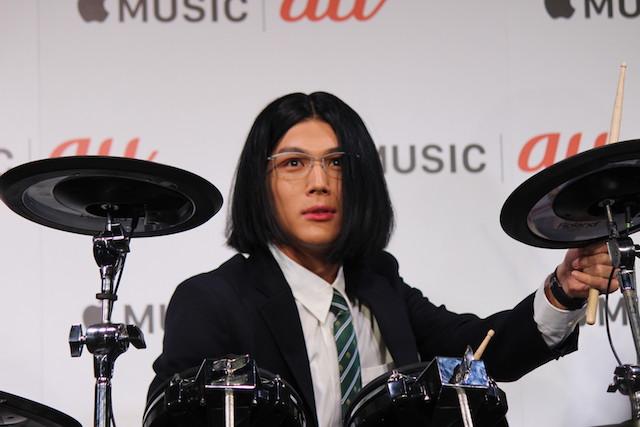 会場の期待に応え、中川がドラムプレイのラストにキメ顔を入れ込むと、もりもとも「髪の毛で顔を隠して、最後のキメでガッと見せるというのが、見事やってくれました」