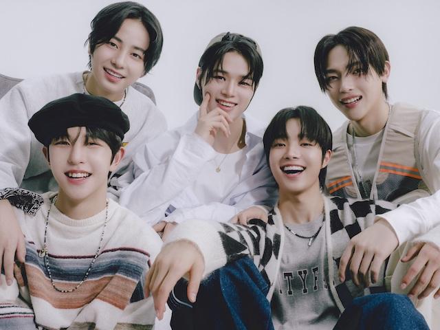 (写真左下より時計まわり)KYUNGMIN(2004年10月28日生・韓国)、TAKI(2005年5月4日生・日本)、K(1997年10月21日生・日本)、NICHOLAS(2002年7月9日生・台湾)、EJ(2002年9月7日生・韓国)